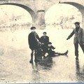 Les enfants patinent sur la rivière gelée
