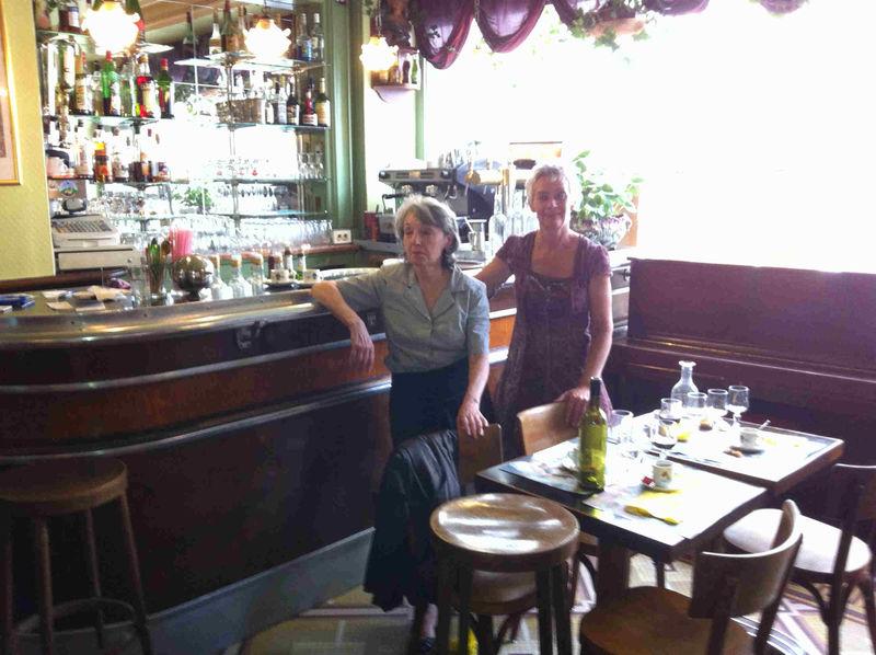 Michèle (à gauche) et Muriel devant le p'tit zinc et le piano...