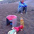Nissiros - repas du soir sur la plage volcanique de Pachia Ammos. Les lentilles ont trempé toute la journée dans une bouteille.