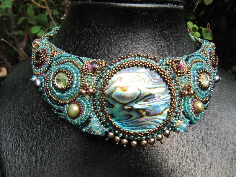 Collier brodé bleu à l'abalone