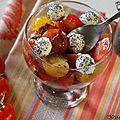 Salade d'été: tomates, oignons caramélisés et billes de chèvre-pavot