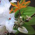 Papillon et bijou de sac sur fleur de lis
