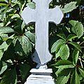 Croix sur pied patinée en gris