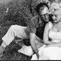 Mai 1957 Marilyn et <b>Arthur</b> sous un arbre par Sam Shaw