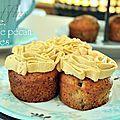 Muffins banane, noix de pécan et 4 épices avec une crème au fromage frais et au caramel