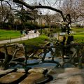 Promenade dans les allées du square des Batignolles.