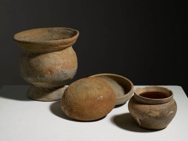 Lot composé d'un bol piédestal, deux bols et d'un pot, Vietnam, Culture de Dông-Dâu, ca. 1500 BCE – 1150 BCE