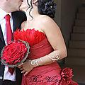 <b>Robe</b> et bouquet de <b>mariée</b> rouge avec bijoux mariage à perle rouge