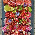 Découvrez les multiples variétés de radis associés à la grenade pour une salade très graphique