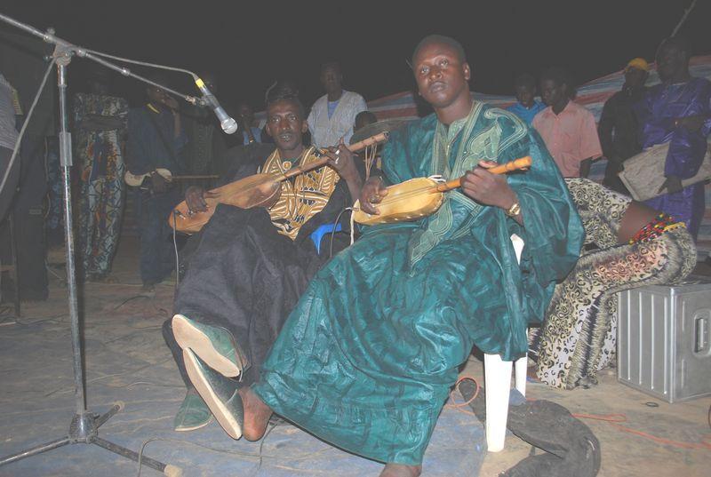 Al Hadj BA et Doulo BA, Griots Wambabés du village de Gawdé Wambabé : 1ère partie du concert de Djiby SALL à Kawal - 2010