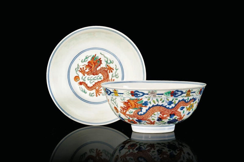 Apair ofwucai'dragon and phoenix' bowls, Daoguang six-character seal marks in underglaze blue and of the period (1821-1850)