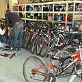 Réparation de vélos.