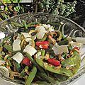 Pois et haricots gourmands en salade, amandes grillées, fraises et copeaux de parmesan
