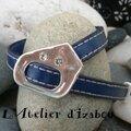 Original et réglable, ce bracelet en cuir <b>bleu</b> <b>roi</b> bordé de deux coutures s'adapte à tous les poignets, brille avec 2 strass...