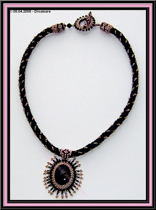 collier noir rose 3 plat © B