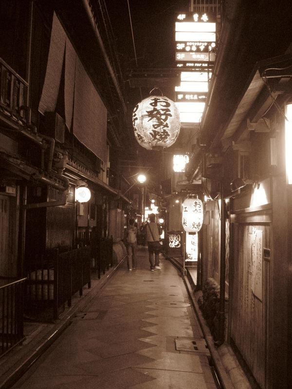 Pontocho (rue populaire de Kyoto, où on y voit des Geisha)