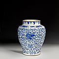Grand vase en porcelaine bleu blanc, Chine, Transition, XVIIe siècle. Photo Artcurial