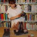 Ameline met la poterie dans son four miniature