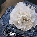 Broche fleur EVELYNE en lin <b>écru</b> brodé de beige