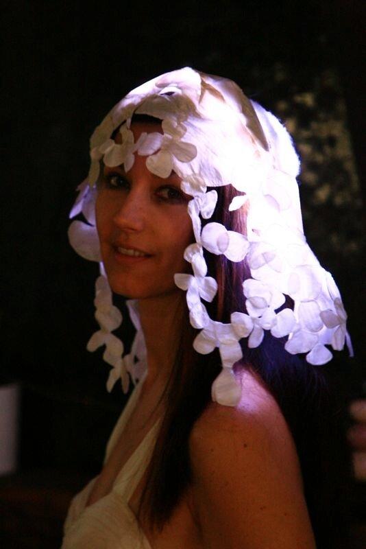 Robe Cascade de fleurs éclairées avec des LED. Création Valérie Pache, collection 2011. © Alain Bruant