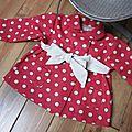Manteau MARGUERITE - Manteau trapèze à pli creux dans le dos et double boutonnage devant - Il est également fermé par un joli noeud très féminin - Col rond (11)