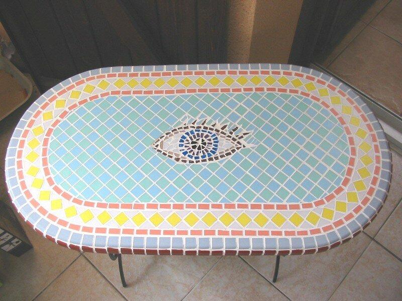Table mosaïque et pied en fonte avec porte bouteille