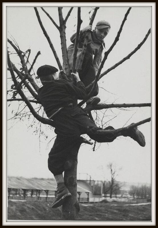 sabine-weiss-enfants-dans-un-terrain-vague-porte-de-saint-cloud-paris-france-1950-bis-1600x0