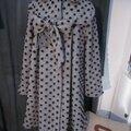 Manteau AGLAE en lainage maille gris à pois noirs fermé par un noeud