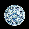 A rare moulded blue and white <b>barbed</b>-<b>rim</b> <b>charger</b>. Yuan Dynasty