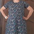 une robe manches courtes fond bleu marine