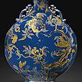 Importante gourde en porcelaine à fond bleu à décor en or et argent Dynastie Qing, époque Qianlong