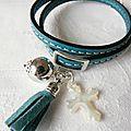 Bracelet sur cuir double tour perle, pompon et Croix en nacre