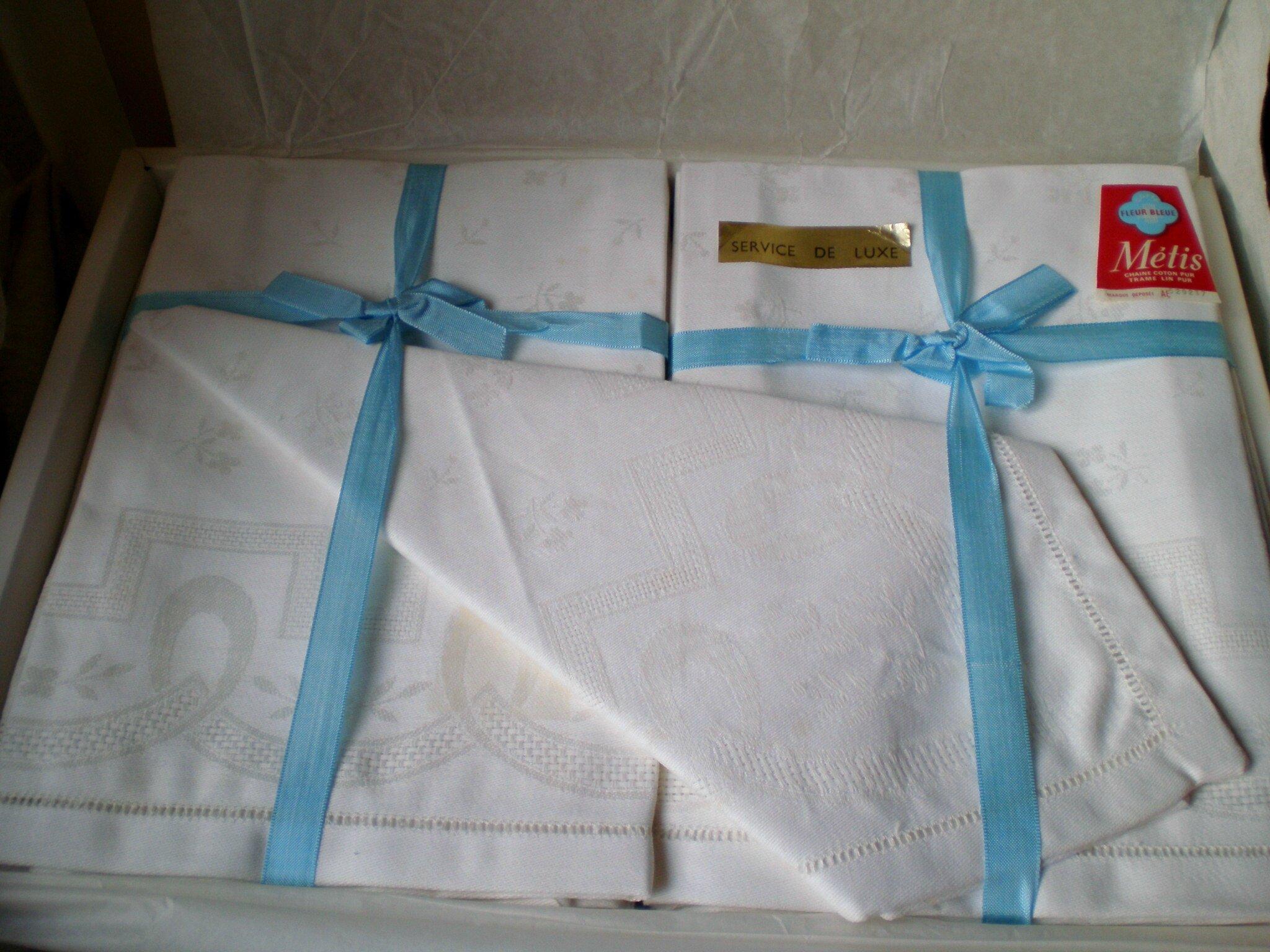 Service de table ancien jamais servi, encore dans son emballage, 1 anppe &12 serviettes,VENDU
