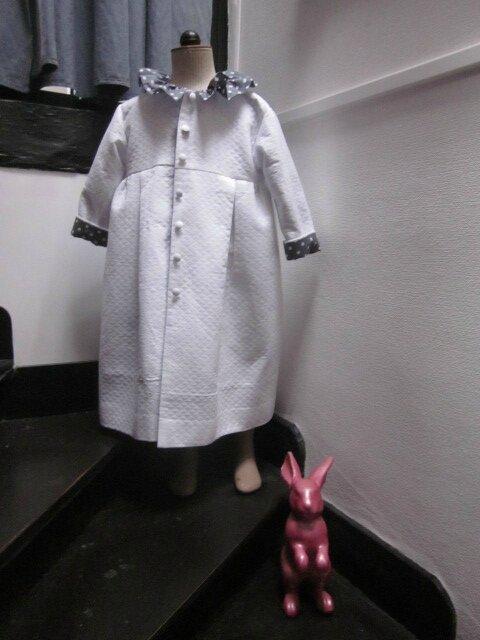 Robe de Chambre AZENOR en piqué de coton nid d'abeille blanc et coton gris à pois blanc (1)