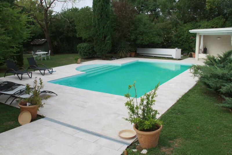 Une terrasse de piscine réalisée par carreleur31