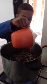 versement du jus d'orange dans les mûres