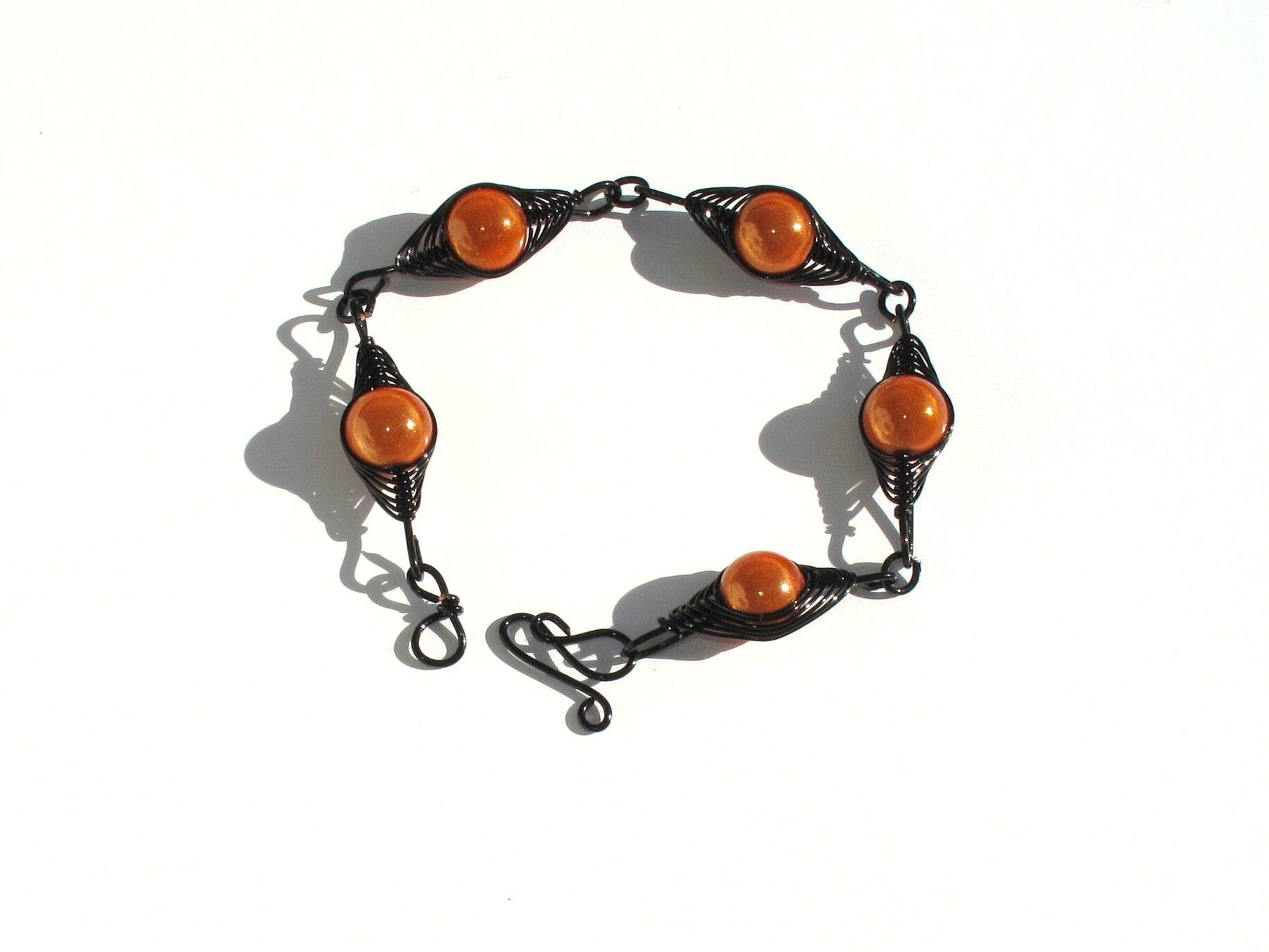 bracelet wire noir perles oranges 1