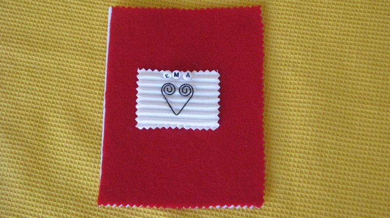feutrine, carton ondulé, perles prénoms et fer
