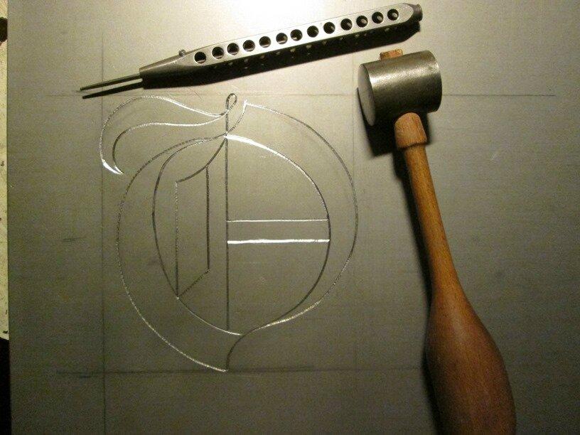 1-Une lettre gravée en gothique, hauteur 150mm sur acier
