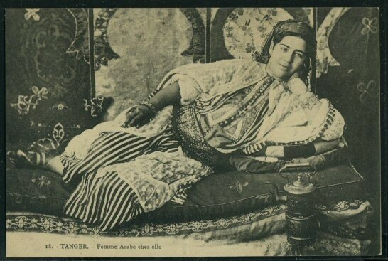 Femme arabe chez elle