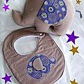 Baby box l'<b>éléphante</b> Alfonsine et le bavoir assorti taupe / violet