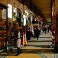 Sous les arcades de la rue de Rivoli.