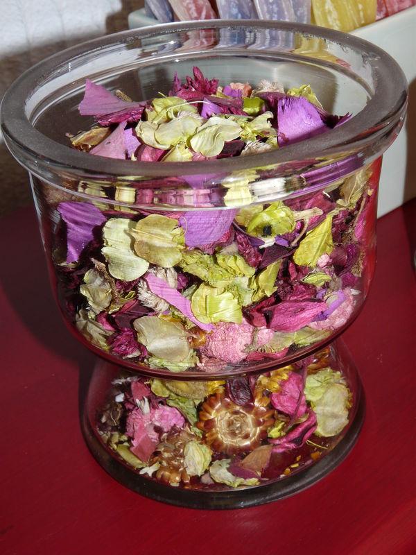 Pot pourri de p tales de roses photo de compositions florales les deux mains de mamounette - Petales de roses sechees ...