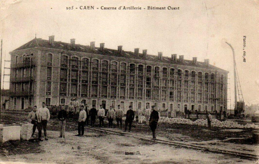 105 - Caen - Caserne d'artillerie - Batiment Ouest (carte postale coll. Verney-grandeguerre)