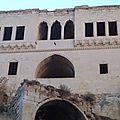 turquie cappadoce ortéhisar facade aux bas reliefs