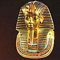 29 - pose sur la momie...le magnifique masque en or pur